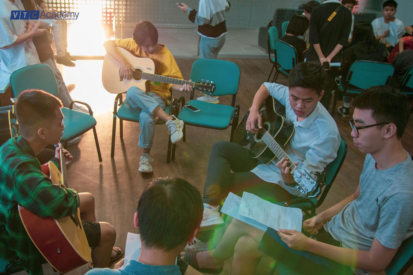 """Workshop """"Ai cũng có thể chơi guitar"""" thu hút đông đảo học viên tham dự"""